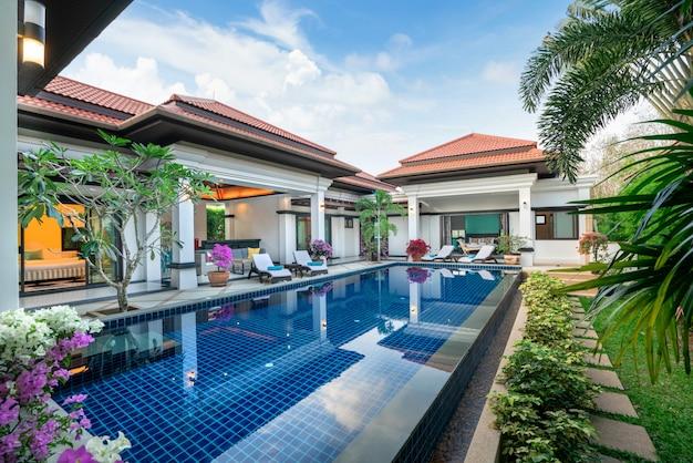 Design interior e exterior da villa com piscina e área de estar