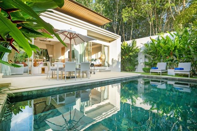 Design interior e exterior da vivenda de luxo com piscina