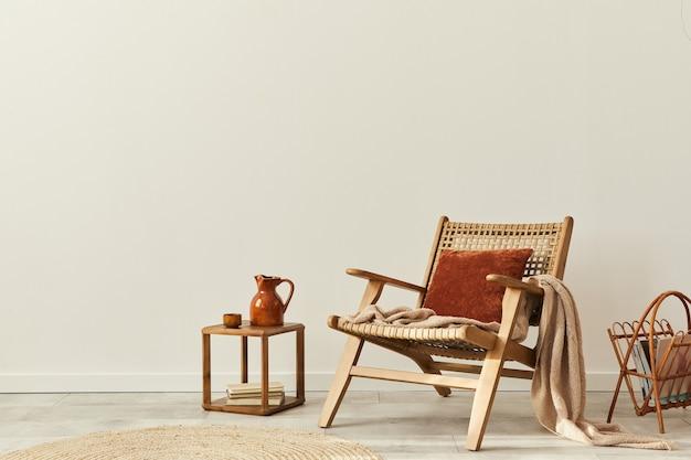 Design interior elegante de sala de estar com poltrona de madeira, mesa de centro, móveis, decoração de vime e acessórios pessoais elegantes. copie a parede branca do espaço.