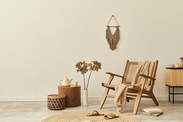 Design interior elegante de sala de estar com poltrona de madeira, mesa de centro, móveis, decoração de vime, flores secas e acessórios pessoais elegantes. copie a parede branca do espaço.