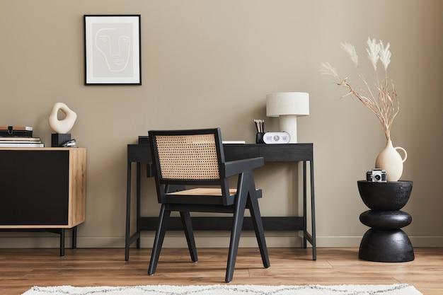 Design interior moderno de espaço de escritório em casa com cadeira elegante, mesa, cômoda, moldura preta, lapatop, livro, organizador de escritório e acessórios presonais elegantes na decoração da casa.