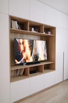 Design interior moderno e elegante de sala de estar com tv