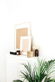 Design interior moderno e minimalista nórdico escandinavo. cômoda, porta-retratos, palm e enfeites.