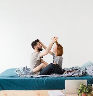Design minimalista do quarto e casal brincando