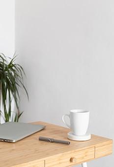 Design mínimo de mesa para casa