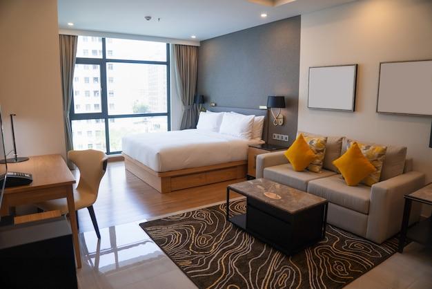 Design moderno apartamento com quarto e sala de estar.