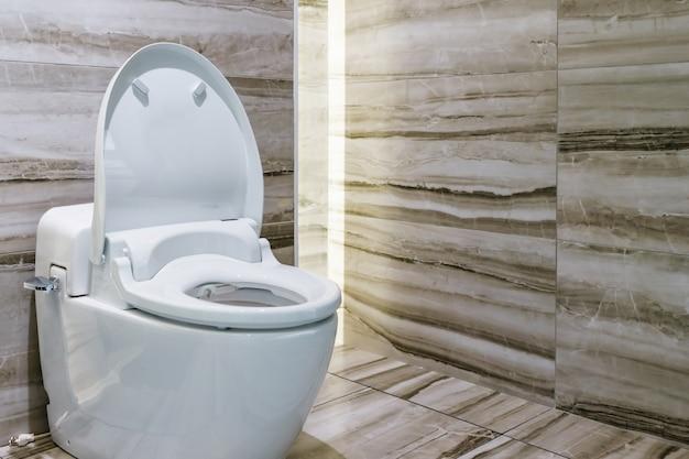 Design moderno casa de banho branco sanitários ou sanita no banheiro
