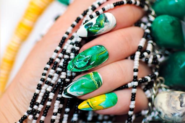 Design moderno com um desfoque em tons verdes de esmalte