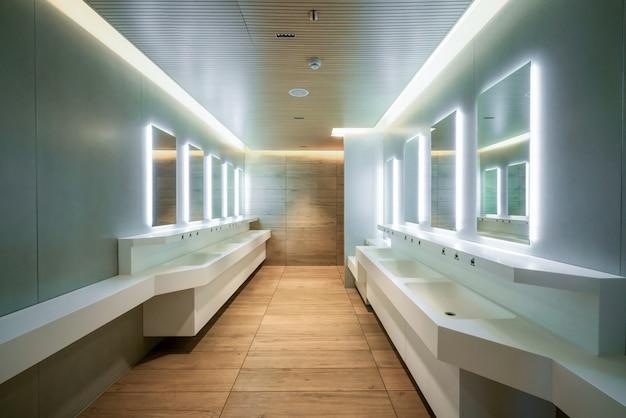 Design moderno de banheiro público e banheiro.
