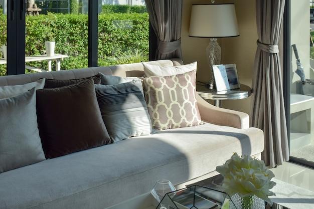 Design moderno sala de estar com sofá e lâmpada
