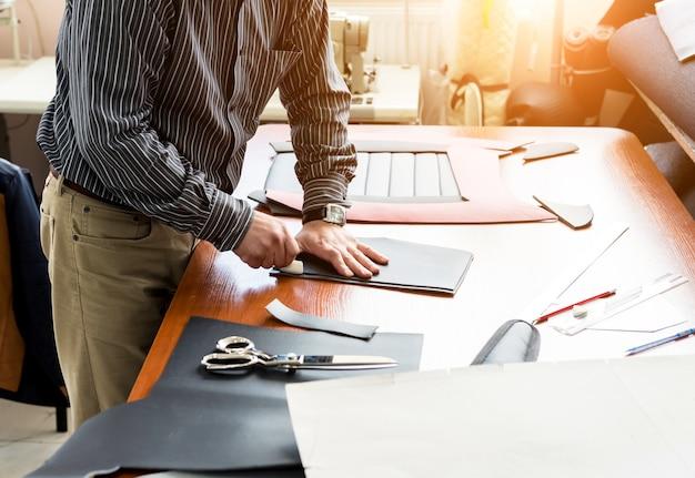Design personalizado costurar capas de assento. homem usa tesouras para seu trabalho. pano de processo de alfaiataria de trabalho. fábrica têxtil.