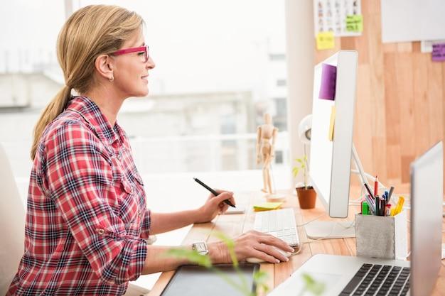 Designer casual trabalhando com computador