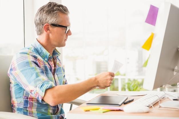 Designer casual trabalhando em sua mesa