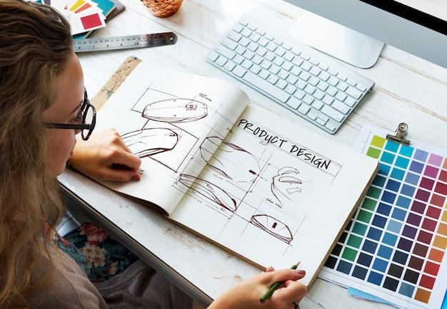 Designer com caderno de desenho
