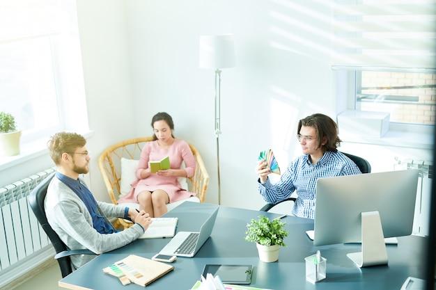 Designer criativo de brainstorming sobre interior