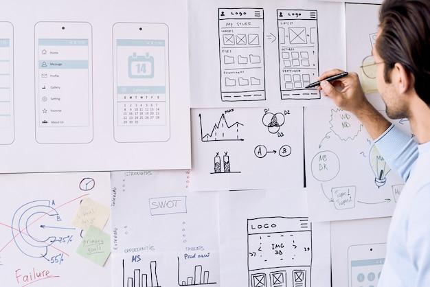 Designer de aplicativos trabalhando
