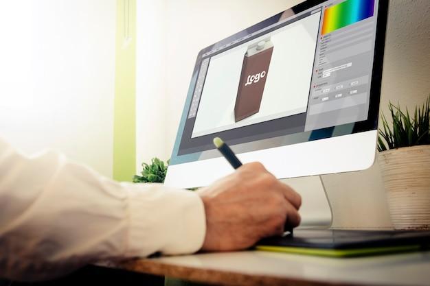 Designer de embalagens trabalhando. todos os gráficos da tela são compostos.