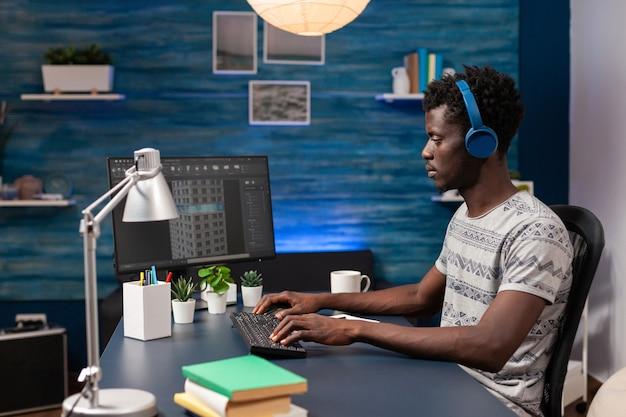 Designer de engenharia afro-americano com fone de ouvido analisando esboço de arquitetura