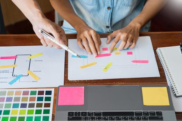 Designer de equipe criativa escolhendo amostras com ui / ux
