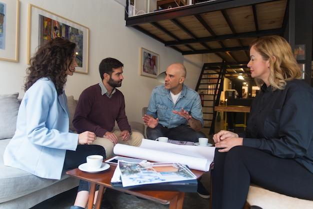 Designer de interiores, apresentando o projeto de renovação