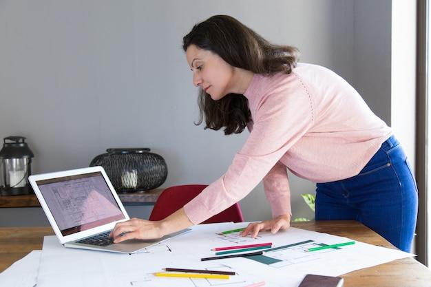 Designer de interiores focado trabalhando no projeto de renovação