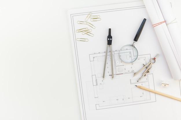 Designer de interiores mesa de trabalho com plano de casa