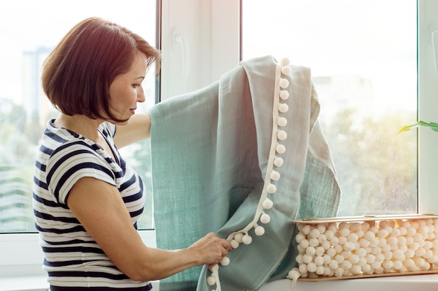 Designer de interiores mostra amostras de tecidos