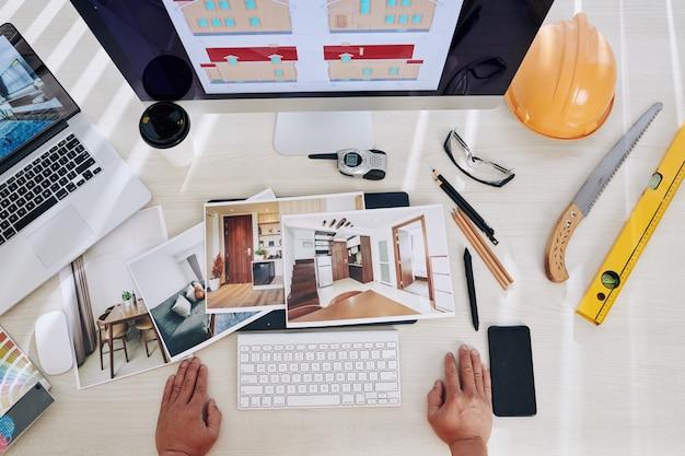 Designer de interiores olhando fotos impressas