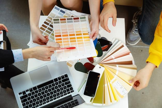 Designer de interiores trabalhando com jovem casal
