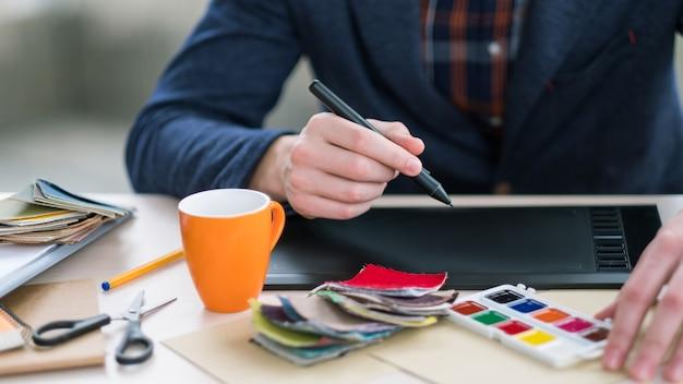 Designer de interiores usando tablet gráfico. tecnologias inovadoras. design criativo, visão artística, imaginação, ideias inspiradas