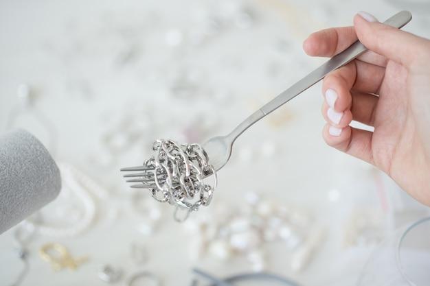 Designer de joias profissional fazendo joias feitas à mão em oficina de estúdio. moda, criatividade e conceito artesanal.