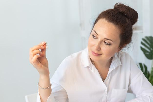 Designer de joias profissional fazendo joias feitas à mão em oficina de estúdio.