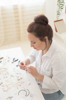 Designer de joias profissional fazendo joias feitas à mão em um estúdio de criatividade de moda e