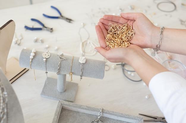 Designer de joias profissional fazendo joias feitas à mão em um estúdio de criatividade de moda