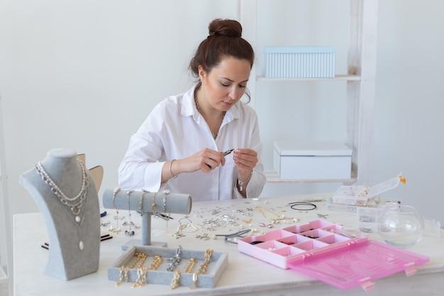 Designer de joias profissional fazendo joias feitas à mão em uma oficina de estúdio