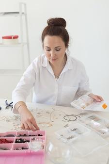 Designer de joias profissional fazendo oficina de joias artesanais de moda