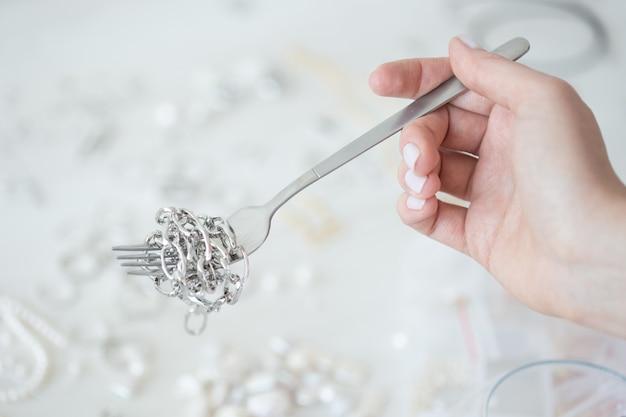 Designer de joias profissional que faz joias feitas à mão em um estúdio de criatividade de moda e