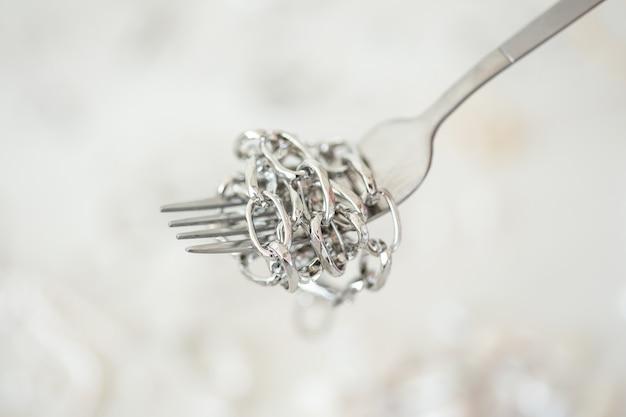 Designer de joias profissional que faz joias feitas à mão em um estúdio de criatividade de moda e Foto Premium