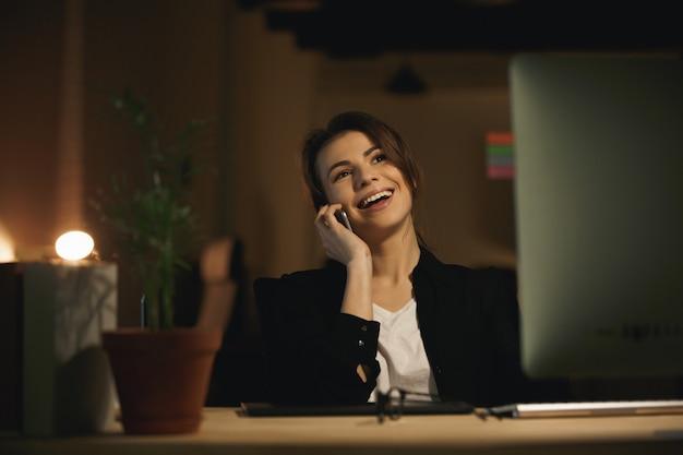 Designer de jovem alegre falando por telefone