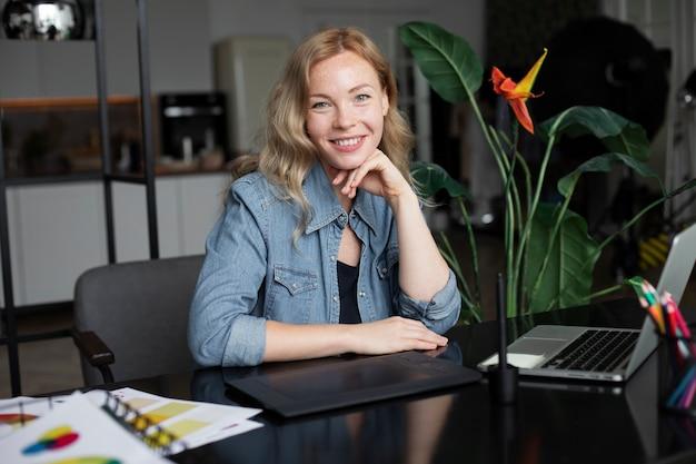 Designer de logotipo feminino trabalhando em seu escritório