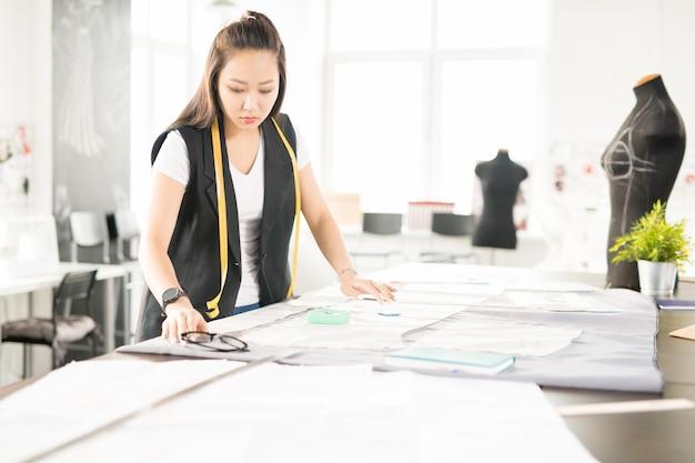 Designer de moda asiática fazendo roupas