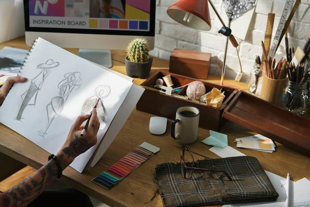 Designer de moda de desenho, trabalhando em um estúdio