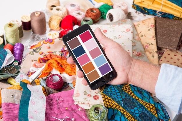 Designer de moda de homem trabalhando com smartphone