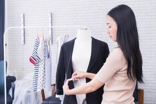 Designer de moda de pano japonês está medindo jaqueta