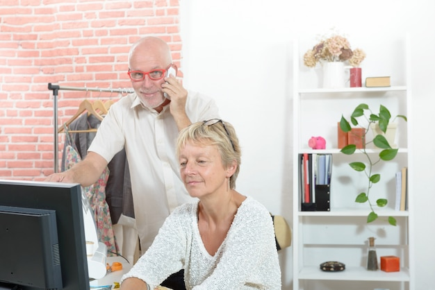 Designer de moda e seu assistente trabalhando em sua oficina