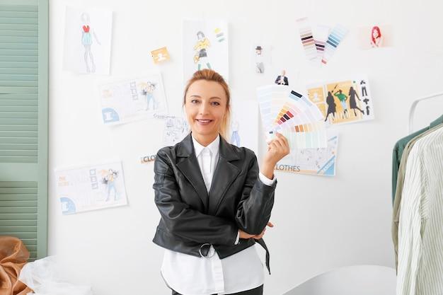 Designer de moda feminina em estúdio