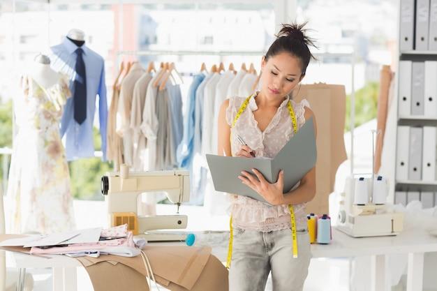 Designer de moda feminina olhando para pasta