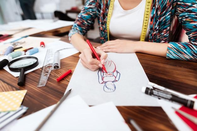 Designer de moda modelo de desenho no papel.