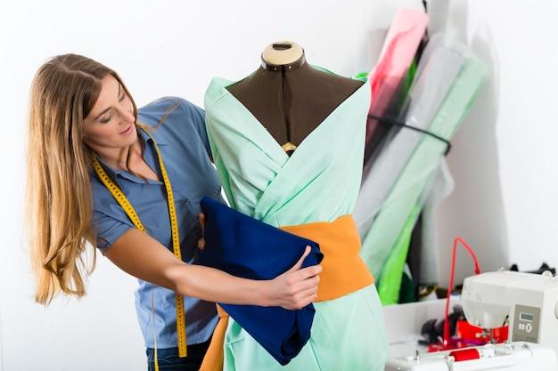 Designer de moda ou alfaiate trabalhando em estúdio