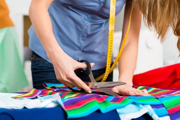 Designer de moda ou alfaiate, trabalhando em estúdio